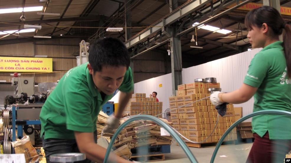 Công nhân làm việc trong một nhà máy sản xuất dây cáp điện tử tại Hà Nội.
