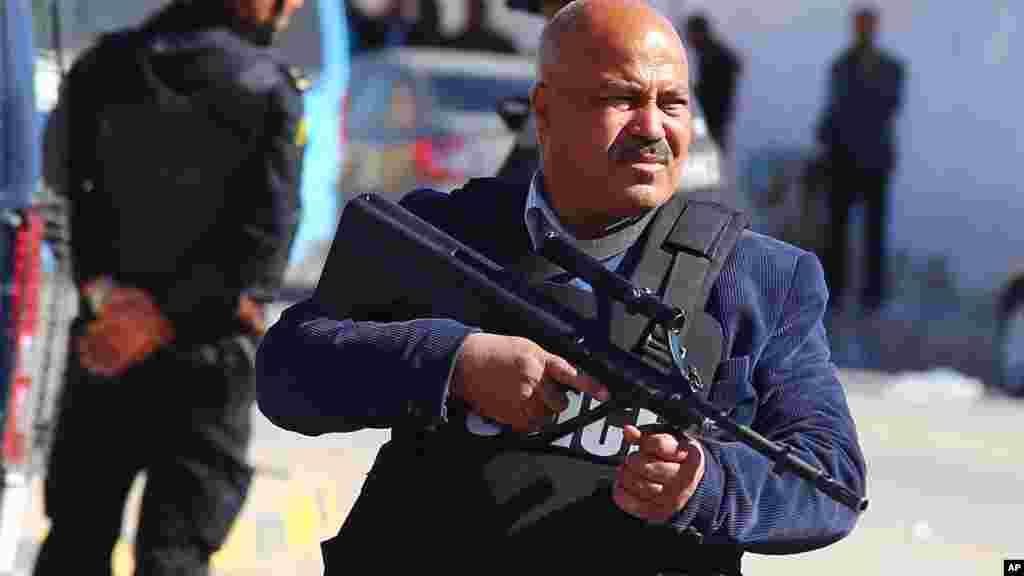 Des policiers tunisiens prennent position dans la banlieue de Ben Guerdane, dans le sud de la Tunisie le mardi 8 mars 2016.