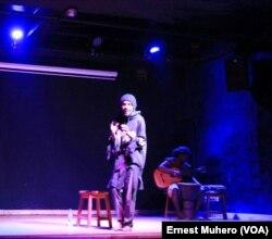 """Le duo slamer Nkinzo et le trio Thomas Lusango interprètent """"Les passions unies"""" sur le plancher de l'institut français de Bukavu, le 27 novembre 2017."""