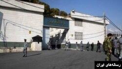 نمایی از مقابل زندان اوین در تهران