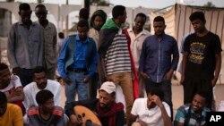 Sit-in devant le siège de l'armée à Khartoum, au Soudan, le 20 avril 2019. Les manifestants exigent que l'armée, qui a renversé et arrêté le président Omar al-Bashir la semaine dernière, cède immédiatement le pouvoir.