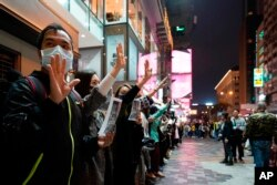 У новорічну ніч протестувальники в Гонконгу жестом показують, що вони мають 5 вимог до уряду