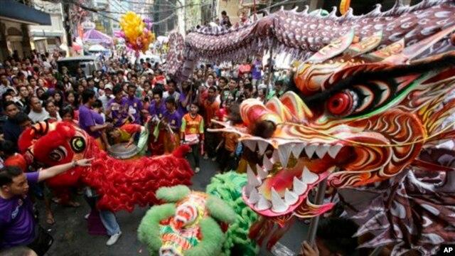 Tari Naga dan singa (barongsai) ikut memeriahkan perayaan Tahun Ular yang jatuh pada tanggal 10 Februari 2013 di Chinatown Binondo, Manila, Filipina (AP Photo/Bullit Marquez)