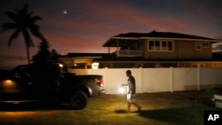 Jay Kitashima carga su camioneta desupués de asegurar su pequeña casa en preparación para el huracán Lane el miércoles, 22 de agosto de 2018, en Ewa Beach en Honolulu, Hawaii.