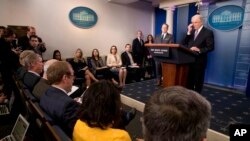 El Procurador General Jeff Sessions habla con los medios durante la rueda de prensa diaria en la Casa Blanca, el lunes 27 de marzo de 2017, en Washington.