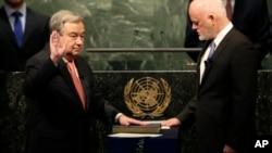 ເລຂາທິການໃຫຍ່ ອົງການ ສະຫະປະຊາຊາດ ໄດ້ກຳນົດ ໃຫ້ ທ່ານ Antonio Guterres, ຊ້າຍ, ສາບານໂຕ ຕໍ່ໜ້າ ທ່ານ Peter Thomson, ປະທານກອງປະຊຸມຫຼວງ ອົງການສະຫະ ປະຊາຊາດ, ຢູ່ທີ່ສຳນັກງາຍໃຫຍ່ ຂອງ U.N., ວັນທີ 12 ທັນວາ 2016.