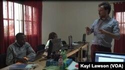 Les professeurs et les étudiants d'Energy Generation, à Lomé, Togo, le 4 mars 2018. (VOA/Kayi Lawson)