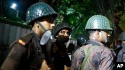 Pripadnici bezbednosnih snaga u blizini restorana u prestonici Bangladeša Daki, koji su navodno zauzeli neidentifikovani napadači, 1. jula 2016.