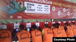 "Sejumlah narapidana melakukan pembicaraan dengan fasilitas ""video call"" yang disediakan Rutan Cipinang, Jakarta. (courtesy: Rutan Cipinang)"
