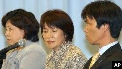 지난 2002년 북-일 정상회담을 계기로 다른 일본인 납북자 3 명과 함께 귀국한 하스이케 카오루 씨(오른쪽)와 유키코 씨(가운데) 부부가 2004년 도쿄에서 가지고 있다. (자료사진)