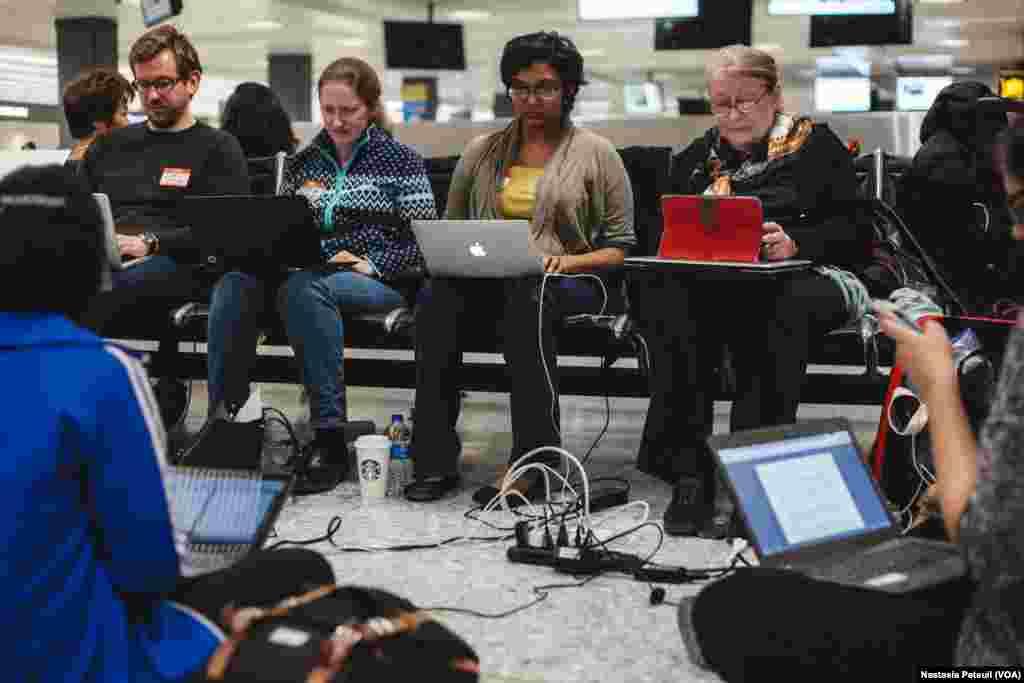 Les avocats travaillent à l'aéroport international de Washington DC, le 31 janvier 2017. (VOA/Nastasia Peteuil)