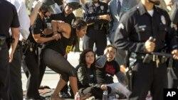Policías de Los Angeles arrestan a Verónica Martínez, de 22 años, cuando protestaba frente a una cárcel del alguacil de Los Angeles, el 6 de septiembre de 2012.