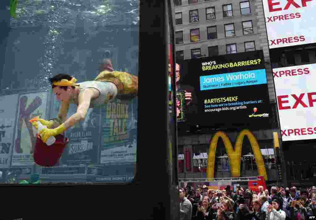 សិល្បករនាង Annie Saunders សម្តែង «ការសម្អាត» នៅ Times Square បុរីញូវយ៉ក។