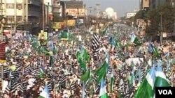 Demonstrasi massal di Karachi menentang perubahan apapun bagi UU anti penghinaan agama, Minggu 9 Januari 2010.