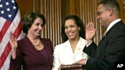 Keith Ellison polaže prisegu pred Nancy Pelosi, dok njegova supruga drži primjerak kurana Thomasa Jeffersona