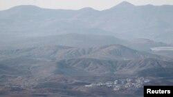 지난해 4월 한국 파주시 비무장지대 인근에서 바라본 북한. 마을 뒤로 민둥산이 보인다.