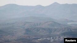 지난 2013년 4월 한국 파주시 비무장지대 인근에서 바라본 북한. 민둥산 아래 마을이 보인다. (자료사진)