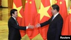 Chủ tịch Trung Quốc Tập Cận Bình bắt tay Chủ tịch nước Việt Nam Trương Tấn Sang tại Sảnh đường Nhân dân ở Bắc Kinh, ngày 3/9/2015.