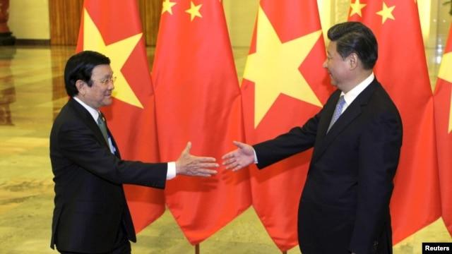 Chủ tịch Trung Quốc Tập Cận Bình bắt tay Chủ tịch nước Việt Nam Trương Tấn Sang trước cuộc họp tại Đại sảnh đường Nhân dân ở Bắc Kinh, Trung Quốc, ngày 3/9/2015.