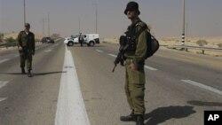 Израильские солдаты патрулируют подвергшийся нападению боевиков район недалеко от израильского города Бииршева. 18 июня 2012 г.