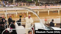 Đức Giáo Hoàng chào người hâm mộ trước khi cử hành thánh lễ tại Namugongo, Uganda, 28/11/2015.