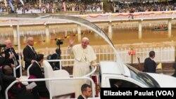 야외 미사 집전을 위해 28일 우간다 나무공고에 도착한 프란치스코 교황이 환영인파에 손을 흔들고 있다.