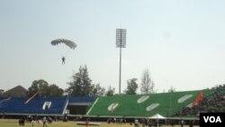 Peserta kejuaraan dunia terjun payung militer berlatih di stadion Manahan, Solo, Kamis, 18 September 2014 (Foto: VOA/Yudha)