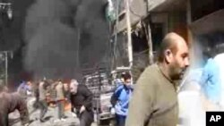Di wilayah Hamouriya, pinggiran Damaskus, mobil-mobil pemadam kebakaran dan ambulans tiba di tempat kejadian berusaha memadamkan api pada puluhan toko, mobil, dan gedung yang terbakar (foto: 20/2).