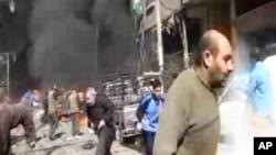 Hình ảnh được chụp lại từ đoạn video của hãng Ugarit News cho thấy khói đen và lửa do chiếc chiến đấu cơ rơi ở ngoại ô Damascus, Syria, 20/2/2013. (AP Photo/Bambuser, SNN Hamouria via AP video)