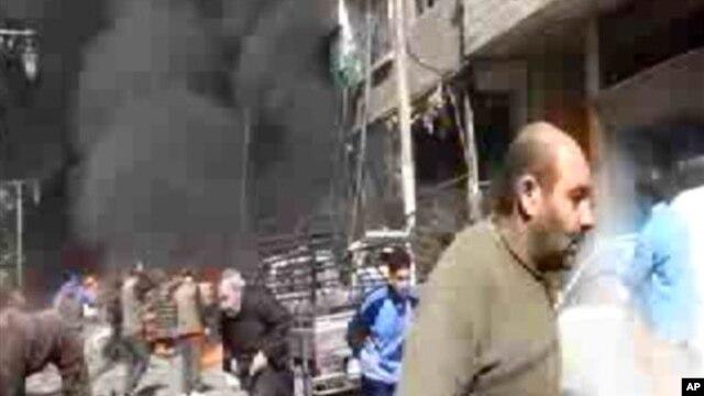 Gambar dari video dari kantor berita Ugarit News memperlihatkan asap dan api setelah jet tempur jatuh di pinggiran kota Damaskus (20/1). (Foto: Dok)