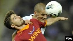 Striker AS Roma, Fabio Borini (baju merah) akan absen lima minggu karena cidera paha saat melawan AC Milan, Sabtu lalu (Foto:dok)
