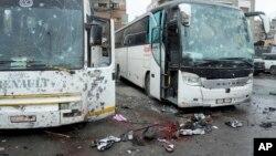 Một bức ảnh được hãng tin chính thức của Syria SANA cung cấp cho thấy những con phố đầy máu và một vài chiếc xe bus bị phá huỷ sau một vụ nổ kép tại thủ đô Damascus, Syria, ngày 11 tháng 03 năm 2017.