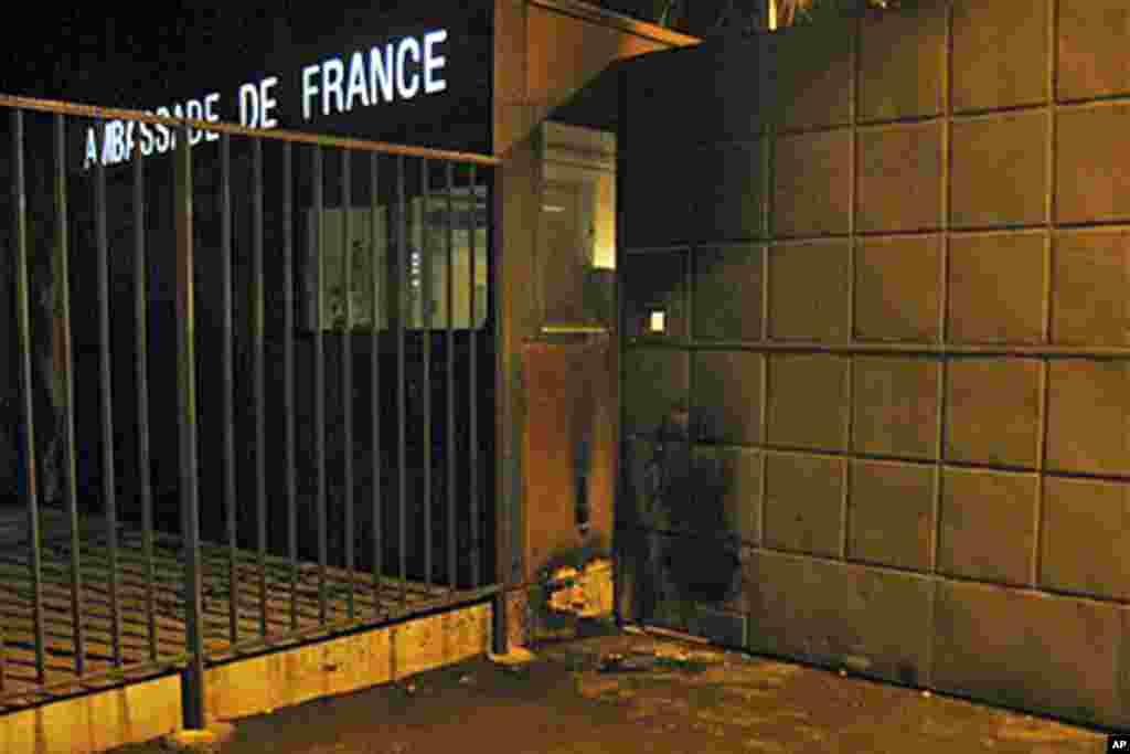 Une façade de l'ambassade de France au Mali attaquée par Aqmi en janvier 2011