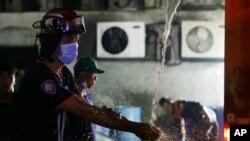 13일 필리핀 수도 마닐라의 신발공장에서 화재가 발생해 소방관이 출동했다.