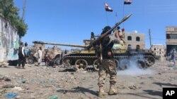 Combatientes tribales toman posiciones durante una batalla contra los rebeldes hutíes en Taiz, Yemen.