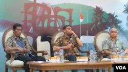 "Para pembicara dalam diskusi ""Napi Plesiran di Gedung MPR/DPR Senayan,"" Kamis (9/2): Anggota Komisi III DPR Nasir Djalamil dan pakar hukum pidana Universitas Indonesia Akhyar Salmi (kanan). (VOA/Fathiyah Wardah)"