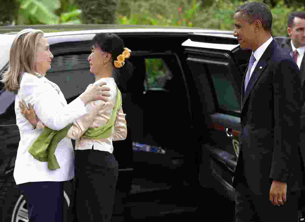 US President Barack Obama watches as Aung San Suu Kyi center greets Secretary of State Hillary Clinton in Rangoon, Burma, Nov 19, 2012.