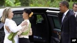 19일 버마를 방문해 민주화 운동가 아웅산 수치 여사(가운데)와 만난 바락 오바마 미 대통령(오른쪽)과 힐러리 클린턴 미 국무장관(왼쪽).