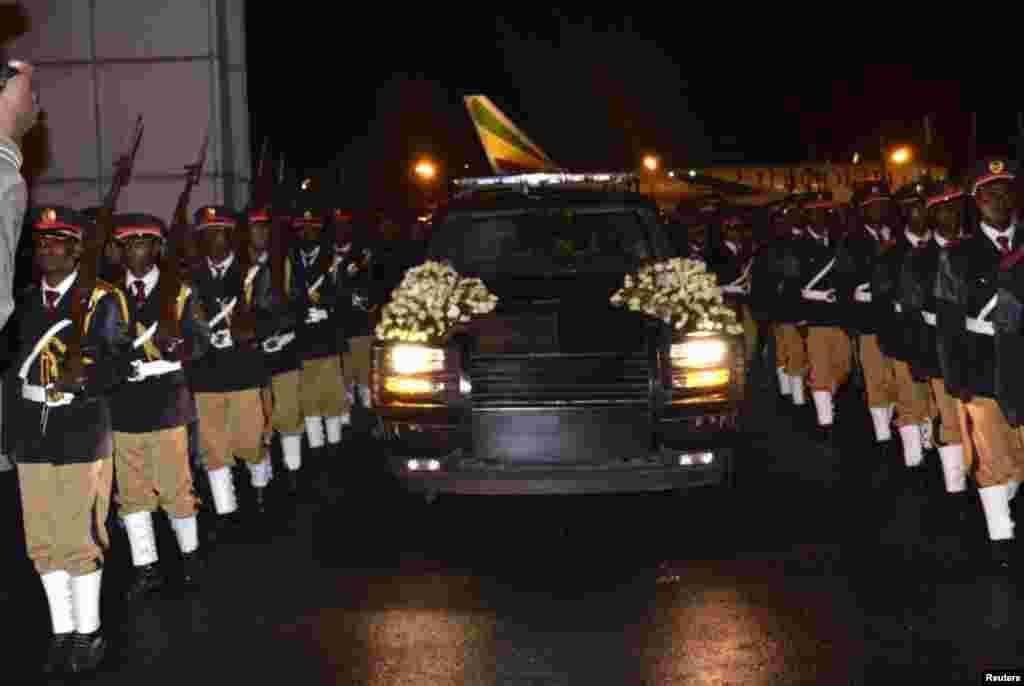 پيکر ملس زناوی نخست وزیر ۵۷ ساله اتيوپی پس از ورود به پايتخت، آديس آبابا از بيمارستانی در بروکسل، بلژيک. هزاران نفر از مردم اتيوپی برای شرکت در مراسم سوگواری حاکم بيش از دو دهه به مرکز پايتخت سرازير شدند. رویترز