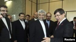 Turkiya Tashqi ishlar vaziri Ahmat Dovuto'g'li (o'ngda) Istanbulda Eron muzokarachisi Said Jaliliy (o'ngdan ikkinchi) bilan uchrashmoqda, 14-aprel, 2012-yil.