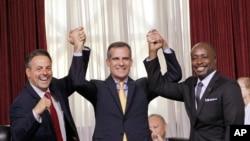 Le conseiller municipal de Los Angeles, Joe Buscaino, à gauche, le maire de Los Angeles Eric Garcetti et le conseiller Marqueece Harris-Dawson, célèbrent le vote du conseil municipal sur la candidature de la ville aux JO-2024, le 1er septembre 2015 à Los Angeles.