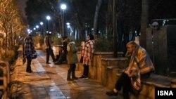 이란 테헤란 인근에서 27일 규모 4.2의 지진이 발생했다. 건물 밖으로 대피한 주민들.