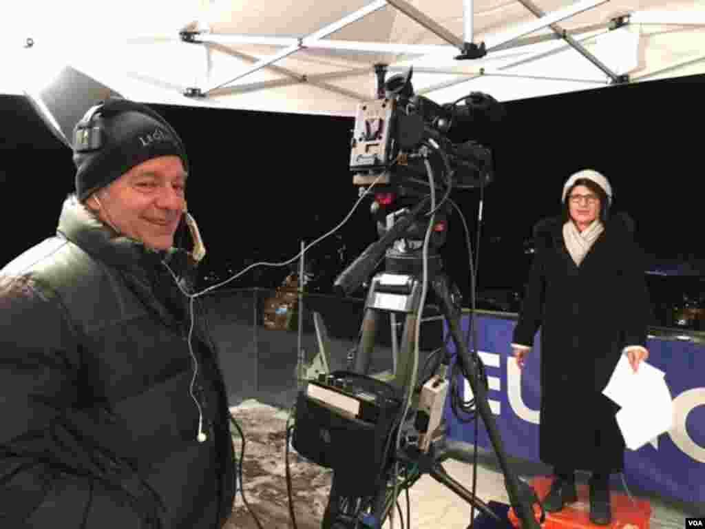 همکارمان گیتا آرین برای یک گزارش زنده تلویزیونی دیگر آماده می شود.