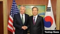 김관진 한국 국방장관과 척 헤이글 미국 국방장관이 31일 싱가포르 샹그릴라 호텔에서 미한 국방장관 회담을 하기에 앞서 반갑게 악수하고 있다
