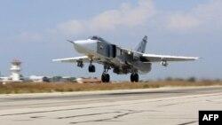 ເຮຶອບິນຖີ້ມລະເບີດ ຣັດເຊຍ Sukhoi Su-24 ກຳລັງຂຶ້ນ ຈາກເດິ່ນບິນທະຫານທີ່ Hmeimim ທີ່ຊີເຣຍ.