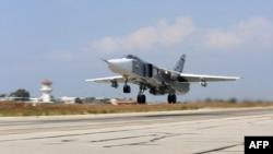 Máy bay Sukhoi Su-24 của Nga cất cánh từ căn cứ không quân Hmeimim ở tỉnh Latakia, Syria, 3/10/2015.