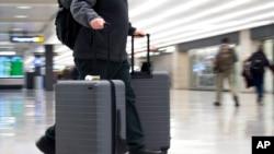 一名乘客走在維吉尼亞州杜勒斯國際機場的航站樓( 2019年3月26日)。