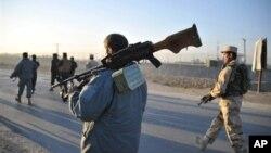 Tentara Afghanistan berpatroli di daerah di mana pembom bunuh diri Taliban menyerang pangkalan udara gabungan NATO-Afghanistan di Provinsi Nangarhar, Afghanistan timur, Minggu diri hari (2/12).