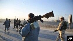 Tentara Afghanistan berpatroli di Jalalabad, Provinsi Nangarhar, Afghanistan timur (foto: dok). Militan Taliban menyerang kantor palang merah di kota ini, Rabu 29/5.