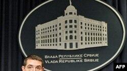 Na konferenciji za novinare nakon sednice vlade, ministar za zivotnu sredinu i prostorno planiranje Oliver Dulić pozvao je sve gradjane da ne nasedaju na provokacije ekstremista.